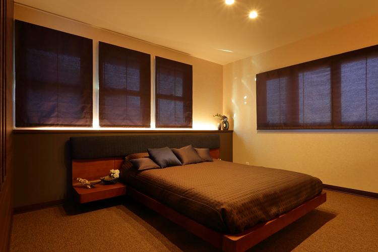 シックで落ち着いた雰囲気の寝室